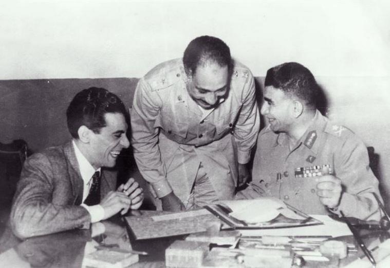 صورة تجميع بين حسين فهمي والرئيس محمد نجيب والسادات في بداية ثورة 23 يوليو 1952