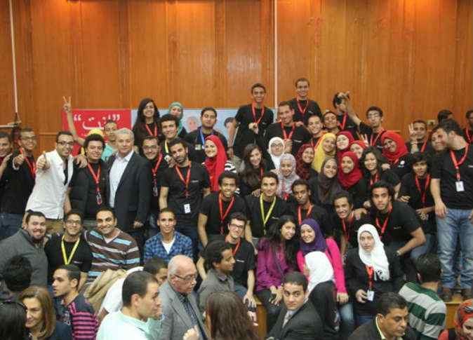 علي فرماوي يتوسط شباب مصريين