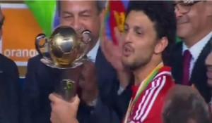 حسام غالي كابتن النادي الأهلي  يرفع كأس الكونفدرالية الأفريقية